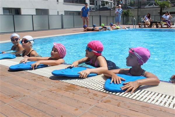 Site Havuzlarında 'Ücretsiz Yüzme Eğitimi'